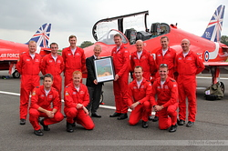 Les Red Arrows et l'ambassadeur Peter Ricketts du Royaume Uni
